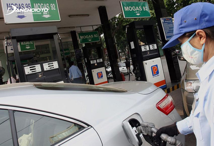 Nên đổ xăng ở những trạm xăng dầu uy tín, của thương hiệu lớn