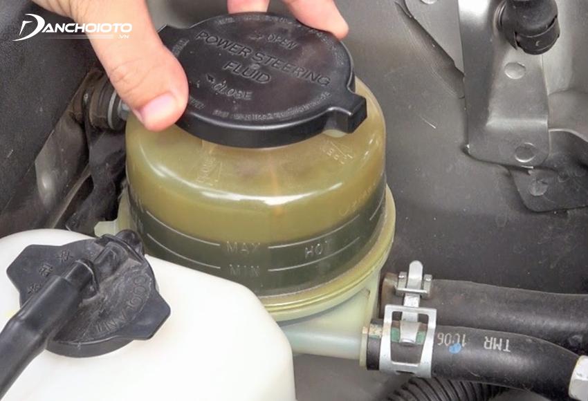 Nên kiểm tra cả dầu trợ lực lái trước khi đi xa