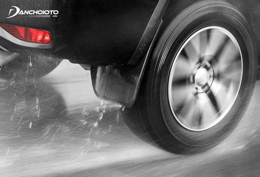 """Nếu gặp đường trơn, xe vẫn chạy với tốc độ cao thì khả năng xảy ra hiện tượng """"Hydroplaning"""" sẽ rất lớn"""