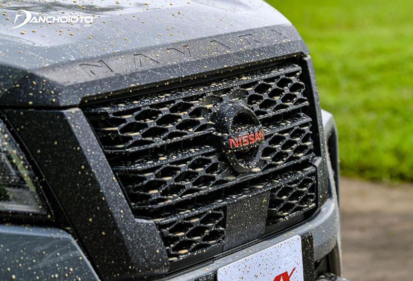 Nissan Navara Pro4X có viền lưới tản nhiệt có màu đen xám, logo giữa màu đỏ