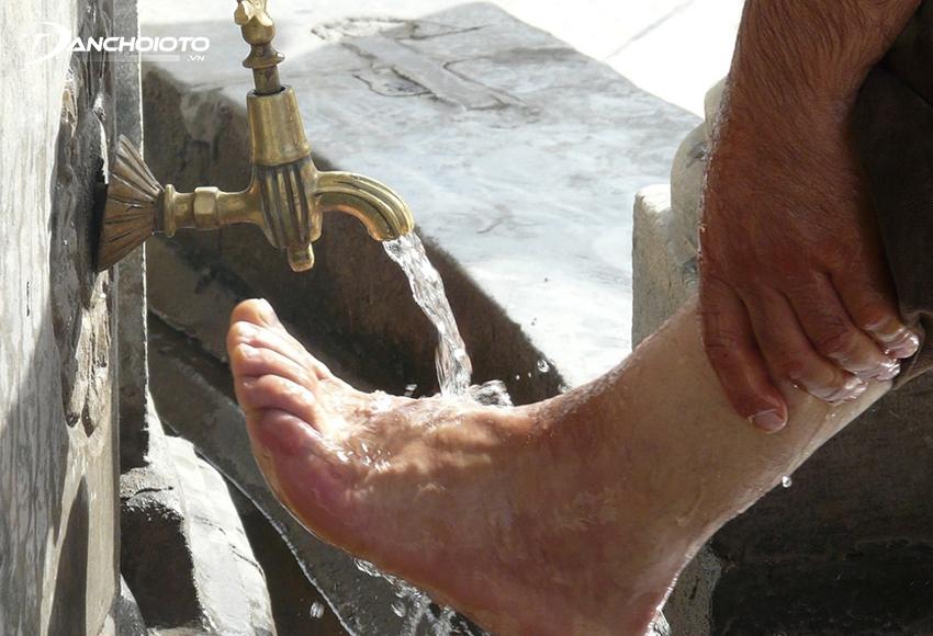 Rửa chân bằng nước lạnh là cách làm hết buồn ngủ khi lái xe hữu hiệu