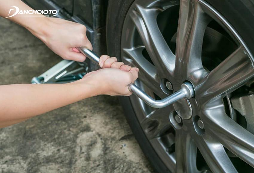 """Thay lốp dự phòng là cách xử lý xe bị thủng lốp """"gọn gàng"""" nhất"""