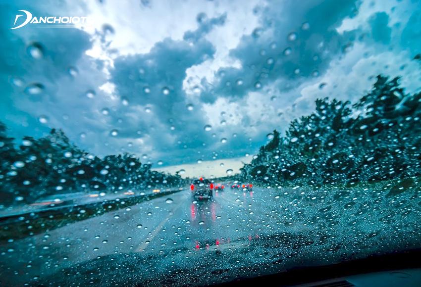 Theo kinh nghiệm lái xe an toàn khi trời mưa nên giữ tốc độ an toàn, không nên chạy nhanh