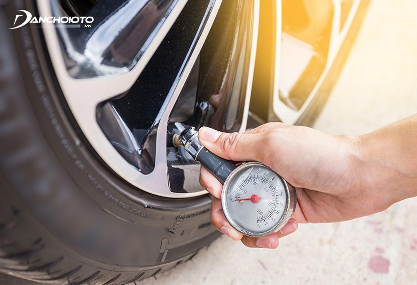 Trong các bước kiểm tra xe ô to trước khi khởi hành xe, kiểm tra lốp xe là bước không thể bỏ qua