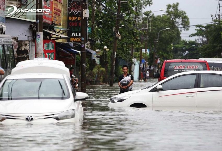 Trong trường hợp xe ô tô bị ngập nước chết máy thì tuyệt đối không cố gắng khởi động động cơ