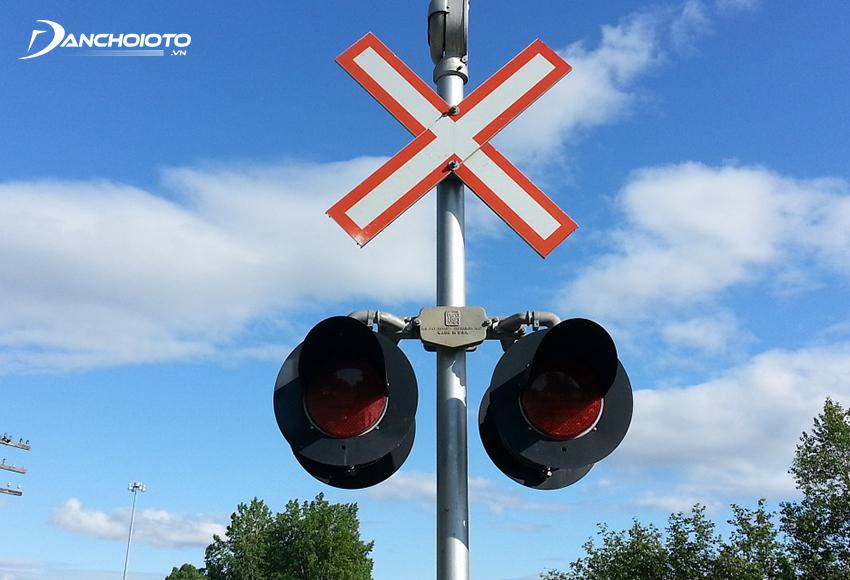 Với nơi không có rào chắn, cần tuân theo hiệu lệnh của đèn báo