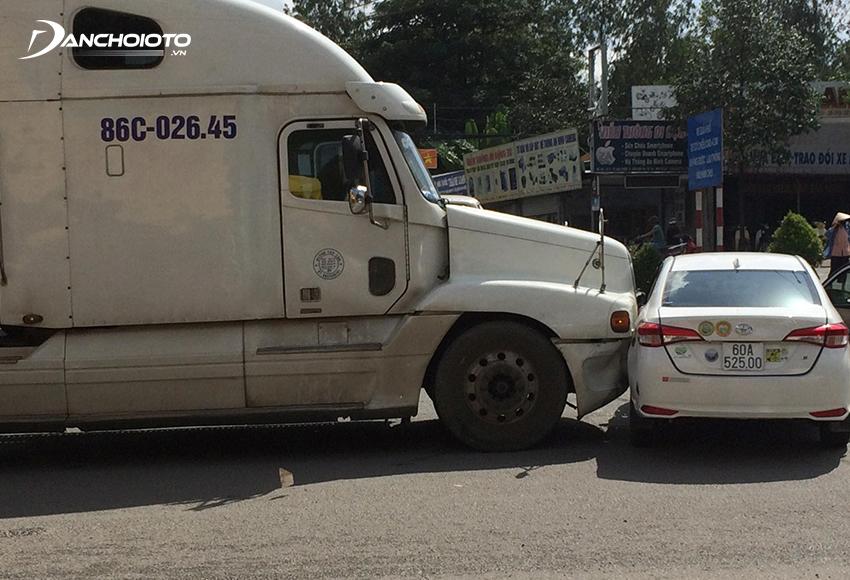 Vượt ẩu, cắt đầu ẩu là một trong các nguyên nhân thường gặp nhất gây ra những vụ tai nạn giữa ô tô và xe tải lớn, xe container