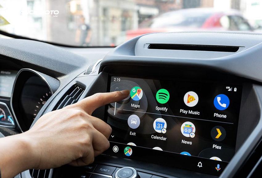 Android Auto là một ứng dụng cho phép đưa những ứng dụng từ điện thoại thông minh lên hệ thống màn hình ô tô tương thích