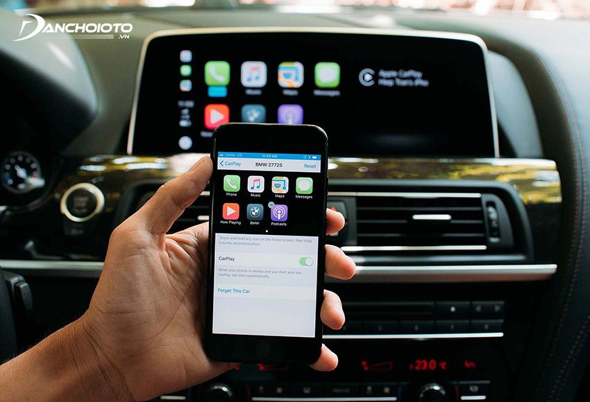 Apple CarPlay là một chức năng cho phép người dùng truy cập một số ứng dụng và nội dung trong điện thoại iPhone thông qua màn hình ô tô
