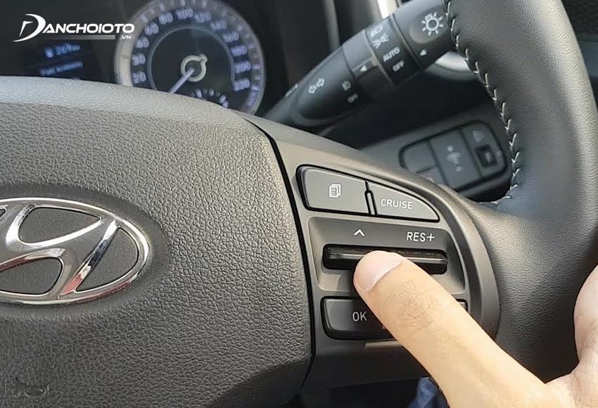 Các nút điều khiển Cruise Control thường nằm ở cụm nút điều khiển bên phải trên vô lăng