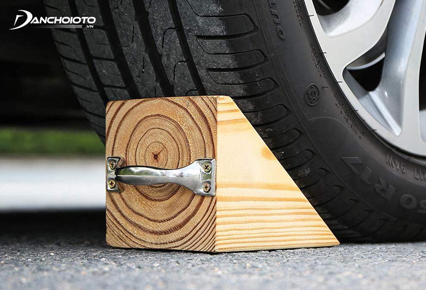 Chèn lốp xe trước khi thay lốp