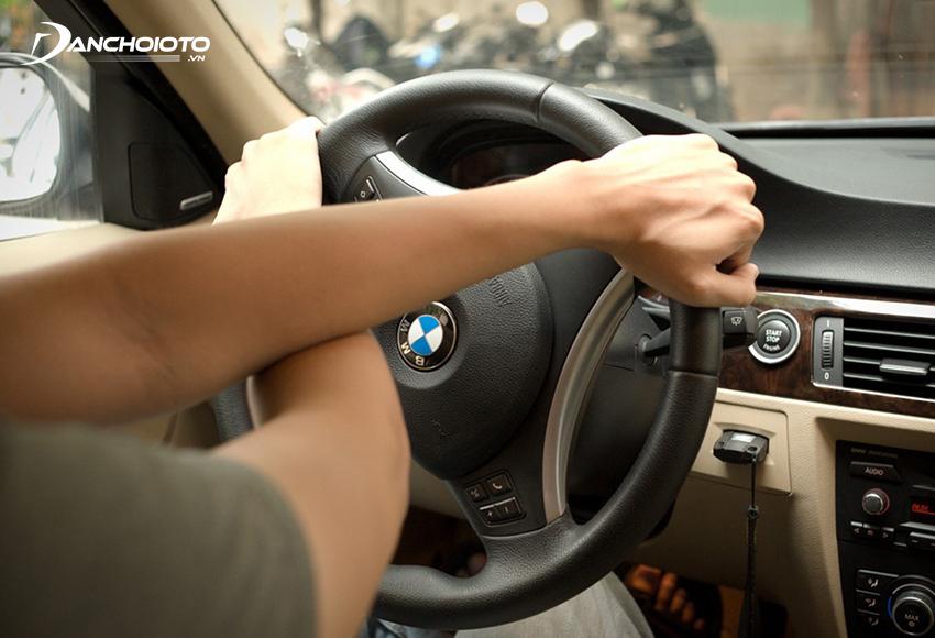 Đánh giá chéo tay sẽ nhanh hơn nhưng chỉ phù hợp khi vào cua tốc độ thấp