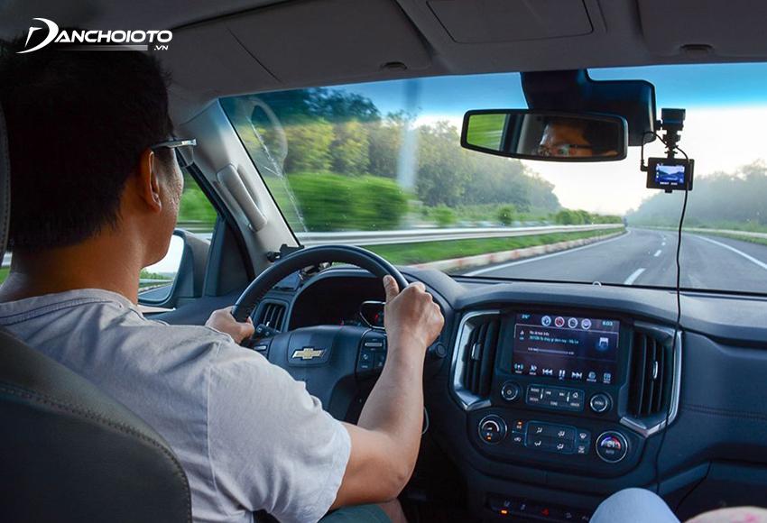 Để xác định vị trí của xe ô tô cần lấy vị trí của ngưới lái chiếu xuống mặt đường làm mốc chuẩn