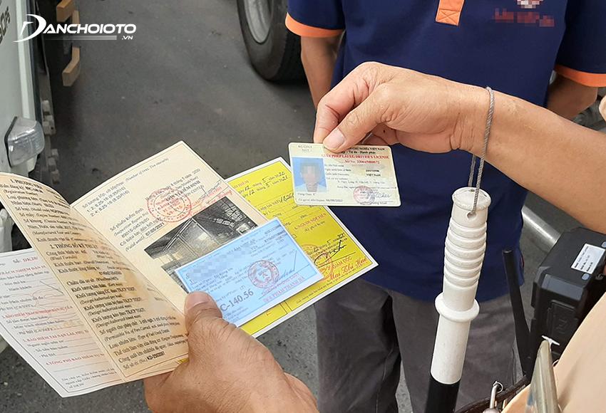Giấy đăng ký xe là một trong các loại giấy tờ xe ô tô phải mang theo khi tham gia giao thông