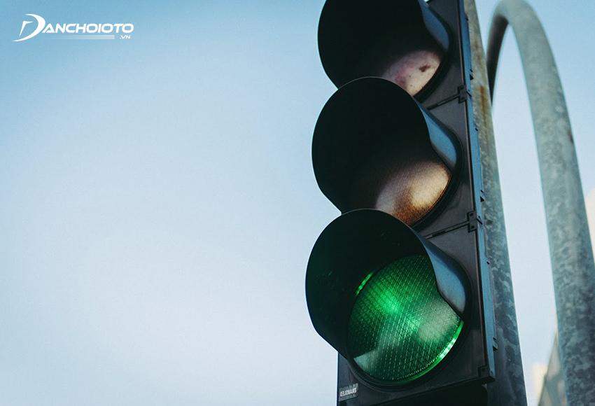Khi đến các ngã 3, ngã 4 có đèn tín hiệu, nếu thấy đèn xanh còn ít giây thì nên dừng lại