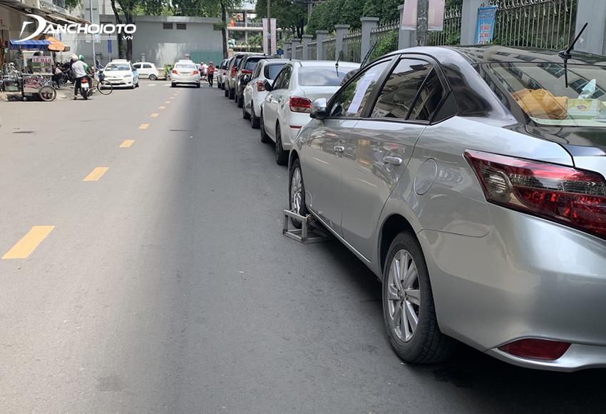 Khi dừng đỗ, bánh xe gần nhất không được cách xa lề đường, hè phố quá 0,25 mét