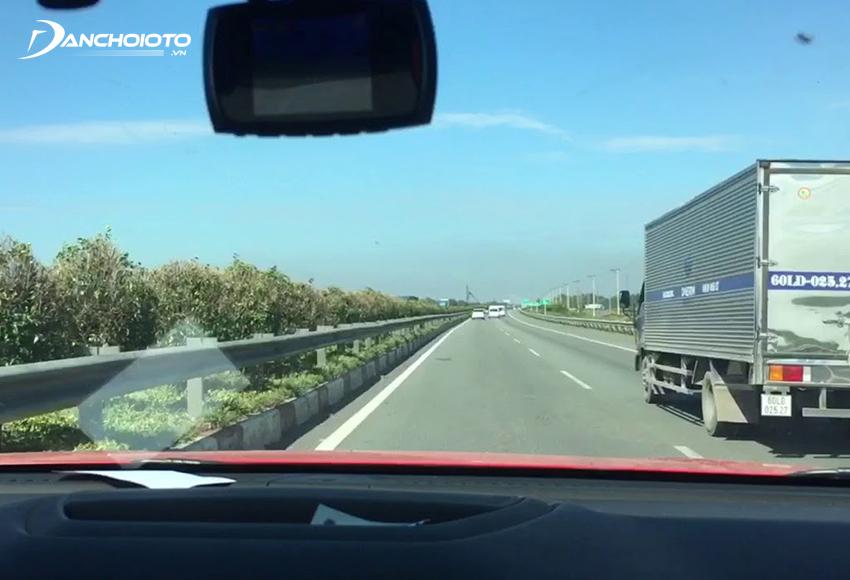 Không nên vượt ngay sau khi ra tín hiệu xin vượt mà hãy đợi xe phía trước nhường đường