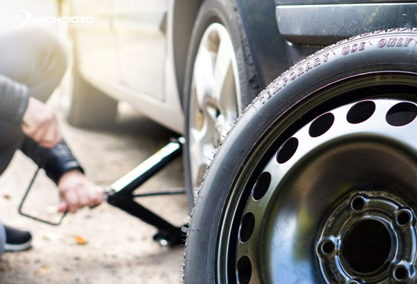 Kích gầm xe lần nữa sao cho lốp xe cách mặt đất tầm 2 cm