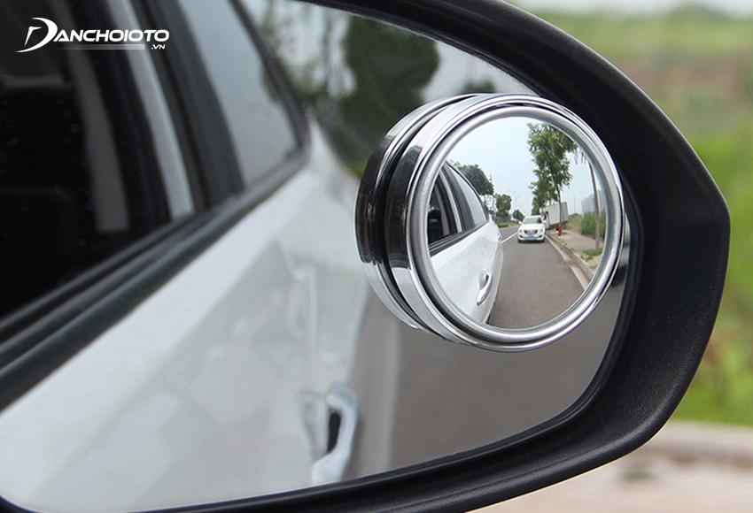 Lắp gương cầu xoá điểm mù ô tô là một cách khắc phục điểm mù khá hữu hiệu