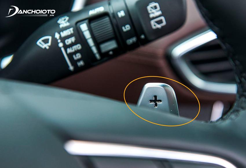 Lẫy chuyển số sau vô lăng cho phép người lái sử dụng chế độ số tay