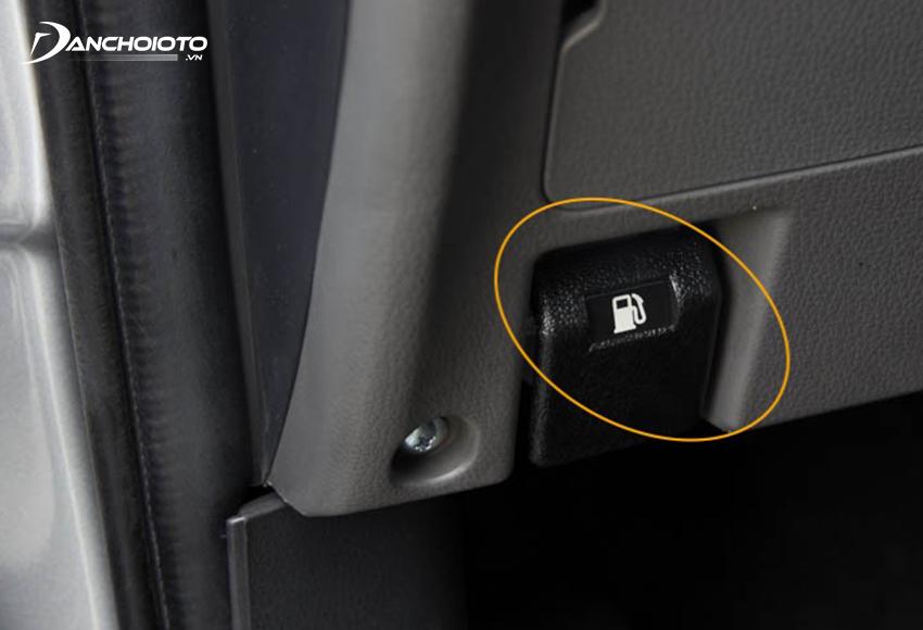 Lẫy mở nắp bình xăng ô tô thường nằm ở góc ngoài bên dưới bảng taplo phía ghế lái