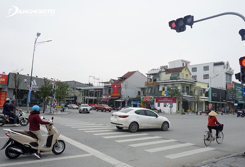 Lỗi ô tô dừng đèn đỏ quá vạch hoặc đè vạch khá phổ biến