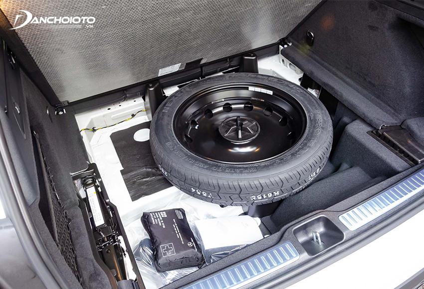 Ngoại trừ xe dùng lốp Runflat thì đa phần các xe ô tô đều được trang bị sẵn lốp dự phòng
