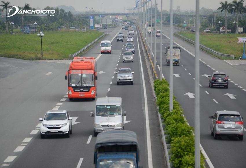 Người lái ô tô chỉ được chuyển làn ở những nơi cho phép