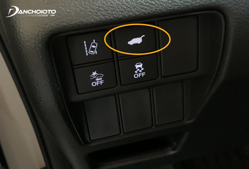 Nhấn nút mở cốp thường ở cụm nút điều khiển trên taplo phía góc dưới bên trái vô lăng