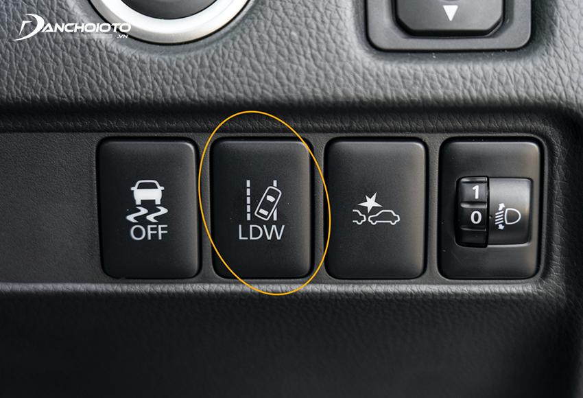 Nút bật/tắt hệ thống cảnh báo chệch làn đường LDW thường nằm trên taplo