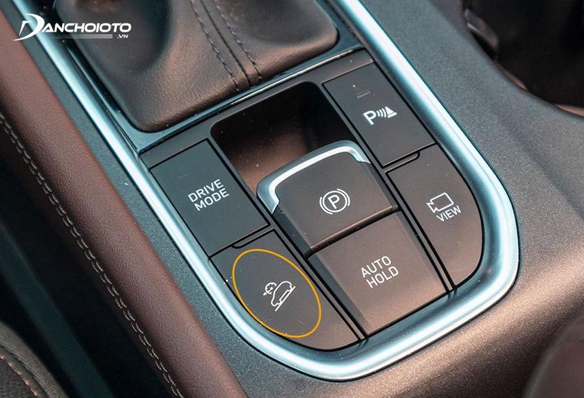 Nút bật/tắt hệ thống hỗ trợ đổ đèo HDC thường nằm ở cụm nút điều khiển trên bệ trung gần cần số