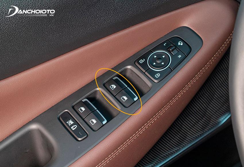 Nút bật/tắt khoá cửa kính điện thường nằm ở cụm nút điều khiển bố trí trên cửa phía ghế lái