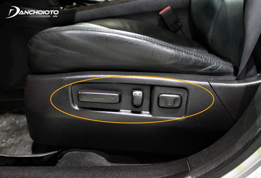 Nút chỉnh ghế lái ô tô thường nằm ở dưới bên trái của ghế