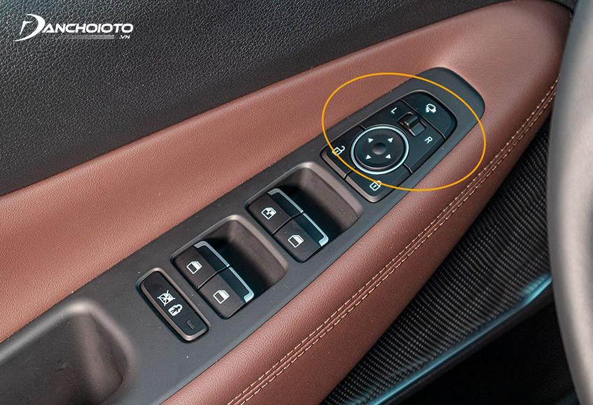 Nút chỉnh gương chiếu hậu ô tô thường nằm ở cụm nút điều khiển bố trí trên cửa phía ghế lái.