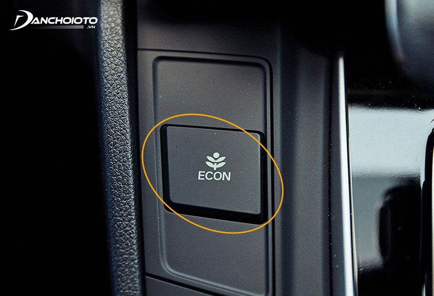 Nút ECON thường nằm trên taplo hoặc bệ cần số