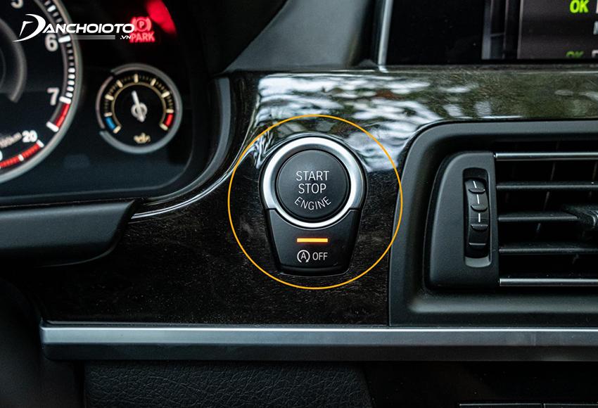 Nút ENGINE START/STOP thường nằm bên phải vô lăng trên taplo