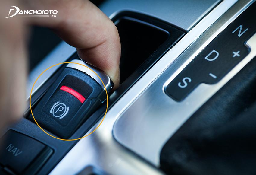 Nút phanh tay điện tử thường được bố trí gần cần số hoặc trên bảng taplo xe