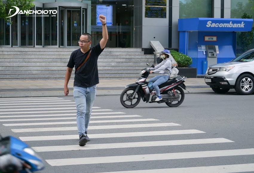 Ô tô phạm lỗi chuyển hướng không nhường quyền đi trước cho người đi bộ sẽ bị phạt từ 200.000 – 400.000 đồng