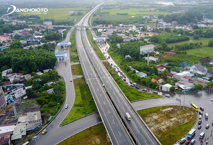 Phí đường bộ là một loại phí mà chủ phương tiện giao thông phải nộp nhằm mục đích bảo trì, nâng cấp đường bộ