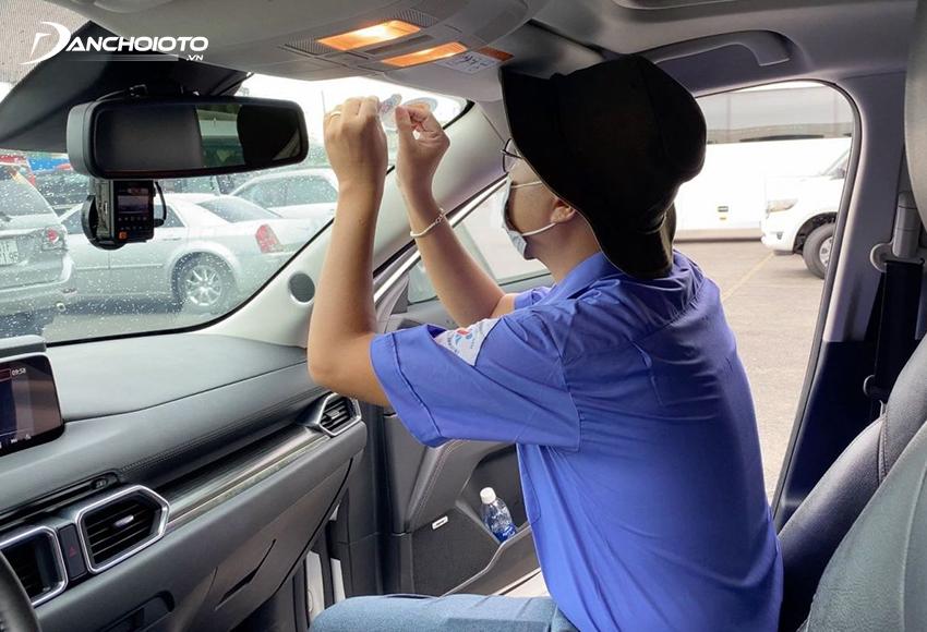 Sau khi đăng kiểm thành công và đã nộp phí bảo trì đường bộ, xe sẽ được dán tem nộp phí sử dụng đường bộ và tem đăng kiểm