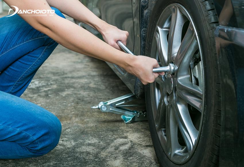 Sử dụng ống tuýp nới lỏng các đai ốc lốp xe