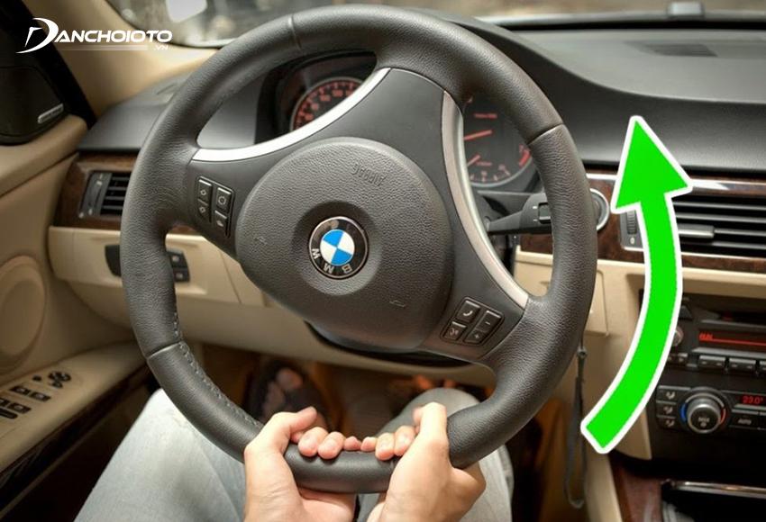 Theo nguyên tắc đánh lái xe ô tô khi vào cua, tốc độ xe phải ngược với tốc độ đánh lái