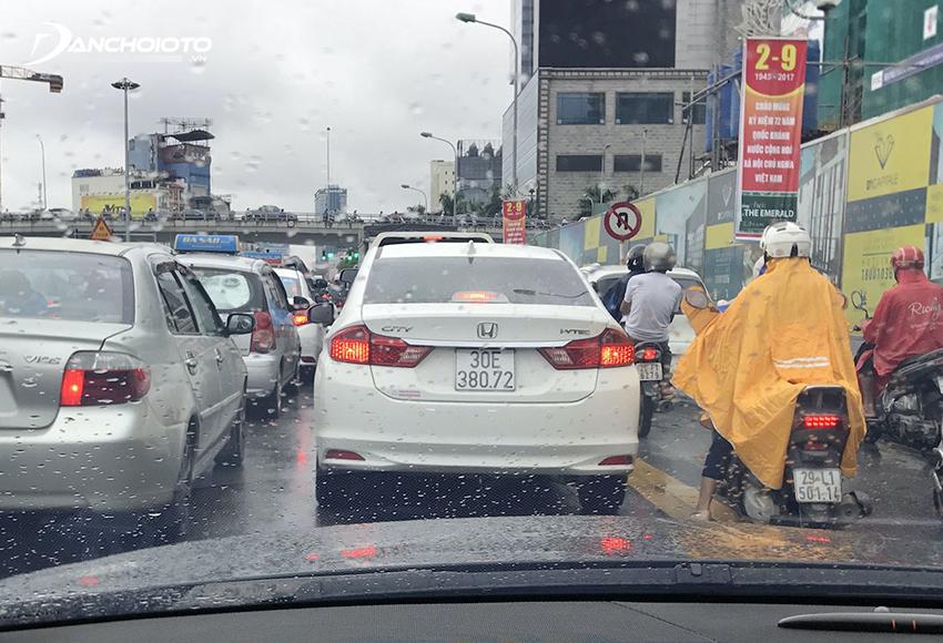 Thông thường khoảng cách an toàn giữa hai ô tô tối thiểu là người lái xe phía sau phải quan sát được biển số của xe chạy phía trước