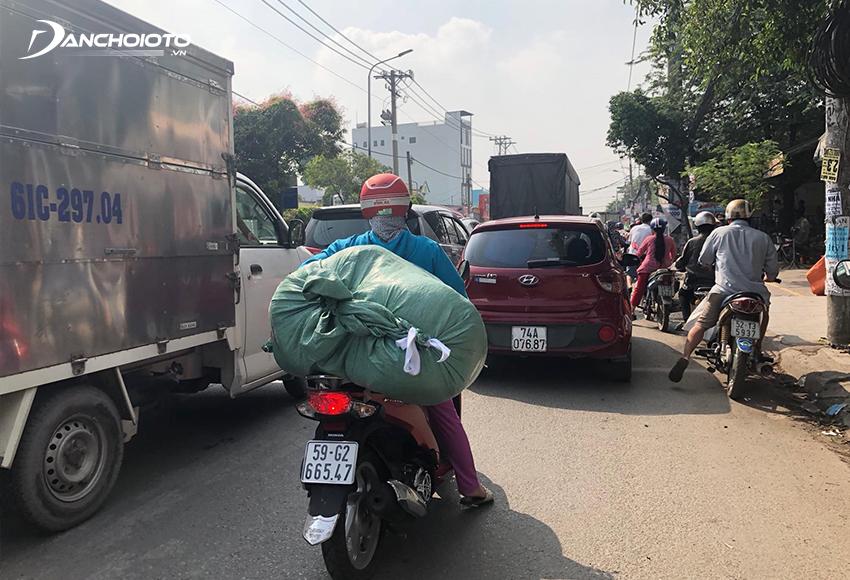 Thông thường với xe máy chạy phía trước, khoảng cách an toàn tối thiểu là người lái ô tô thấy được biển số xe máy