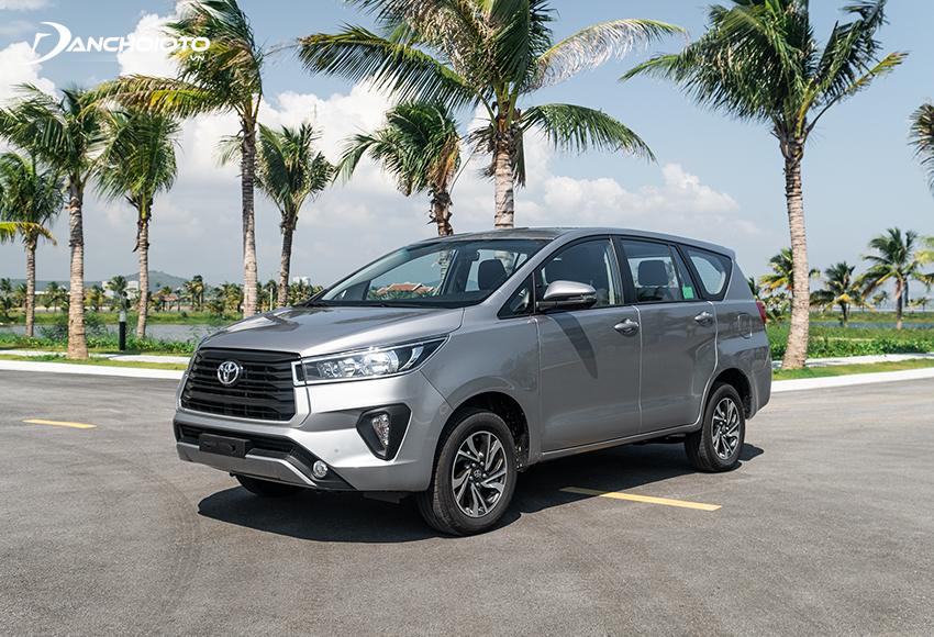 Trong tầm giá 750 triệu đồng, người mua có thể chọn phiên bản Toyota Innova 2.0E MT