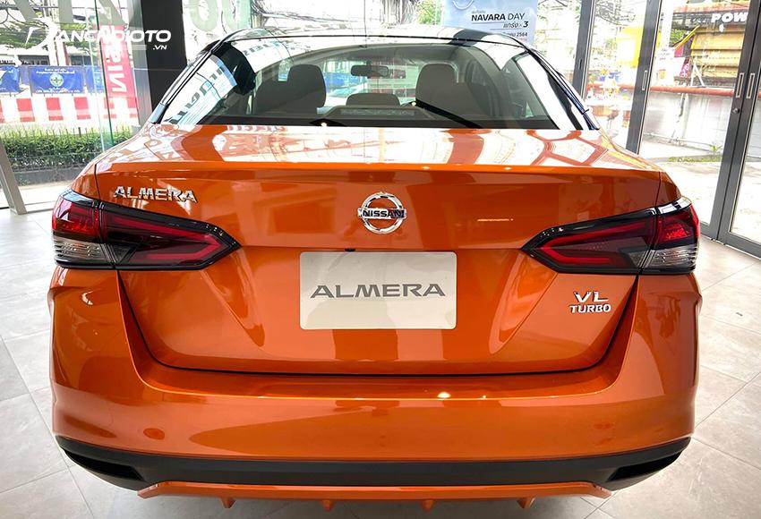 Đuôi xe Nissan Almera 2021 cũng mang đến cảm giác hiện đại hơn so với Sunny cũ trước đây