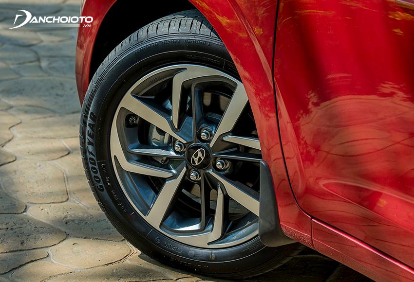 Hyundai i10 2021 sử dụng mâm 15 inch, thiết kế đa chấu hai tone màu thể thao