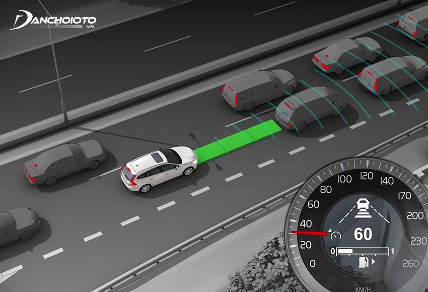Ở cấp độ 1, người lái vẫn giữ vai trò điều khiển chính, các tính năng hỗ trợ lái xe có thể can thiệp điều chỉnh chuyển động dọc của xe