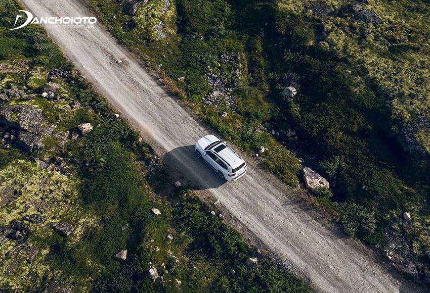 Vô lăng Land Cruiser dùng trợ lực lái thuỷ lực biến thiên theo tốc độ, có bộ chấp hành hệ thống lái