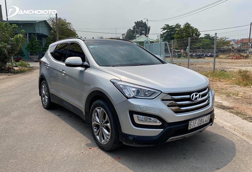 Hyundai SantaFe cũng là cái tên nổi bật trong các dòng xe 7 chỗ cũ giá 700 triệu đồng đáng mua hiện nay